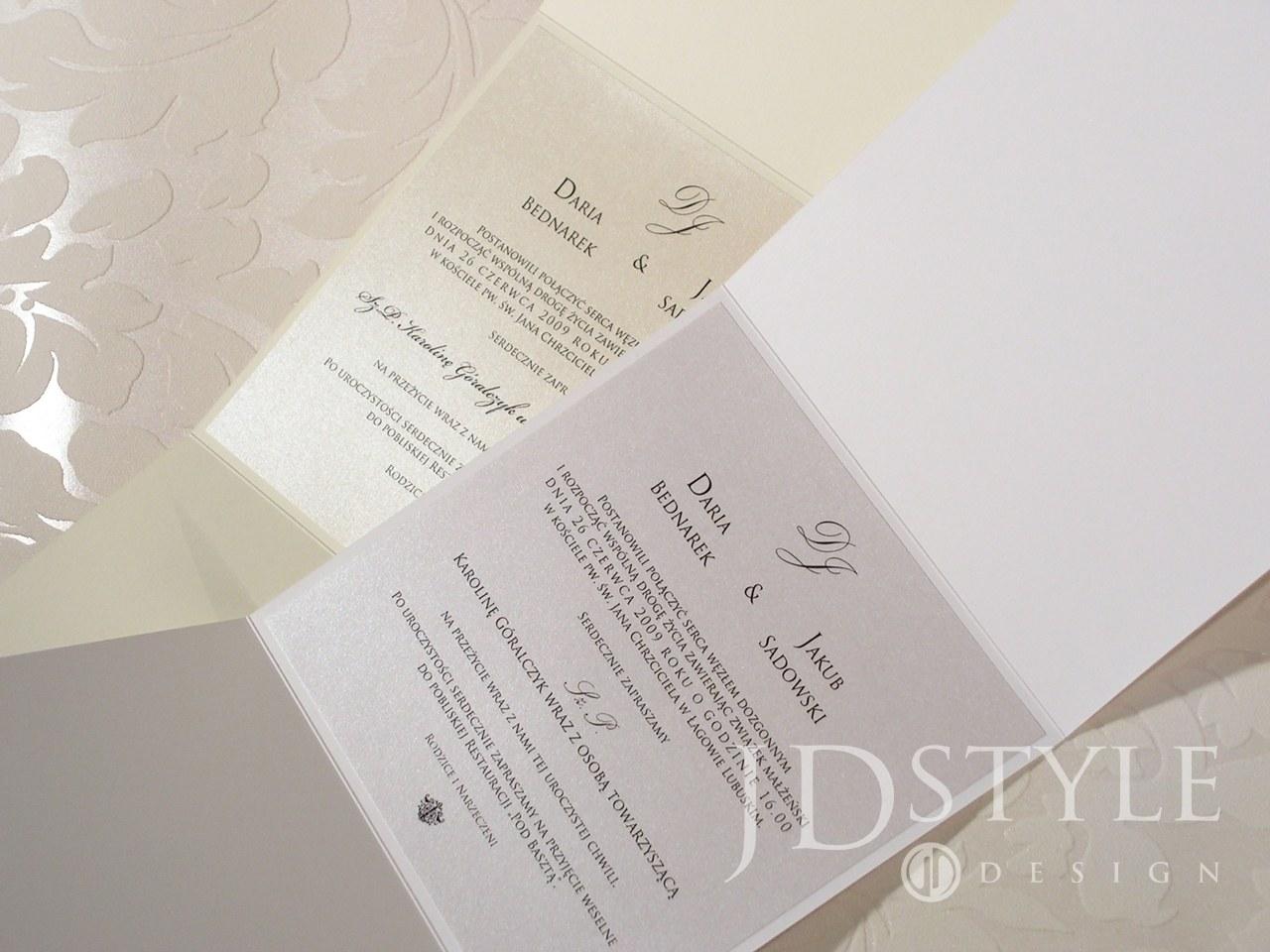 Dwa zaproszenia, jedno na papierze ecru, drugie na papierze białym